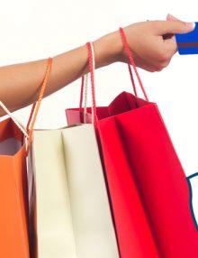 La obligación de cobrar las bolsas de plástico a los clientes.